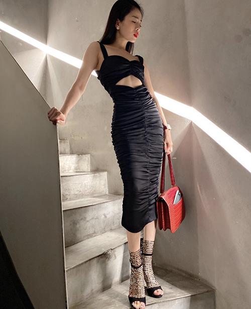 Váy cut-out độc đáo được Lệ Quyên chọn lựa để phô dóc dáng. Nữ ca sĩ chọn thêm túi da cá sấu gam đỏ và sandal cầu kỳ để mix đồ.