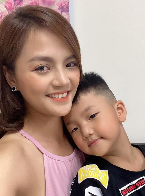 Thu Quỳnh và bé Be - con của cô và chồng cũ, diễn viên Chí Nhân.