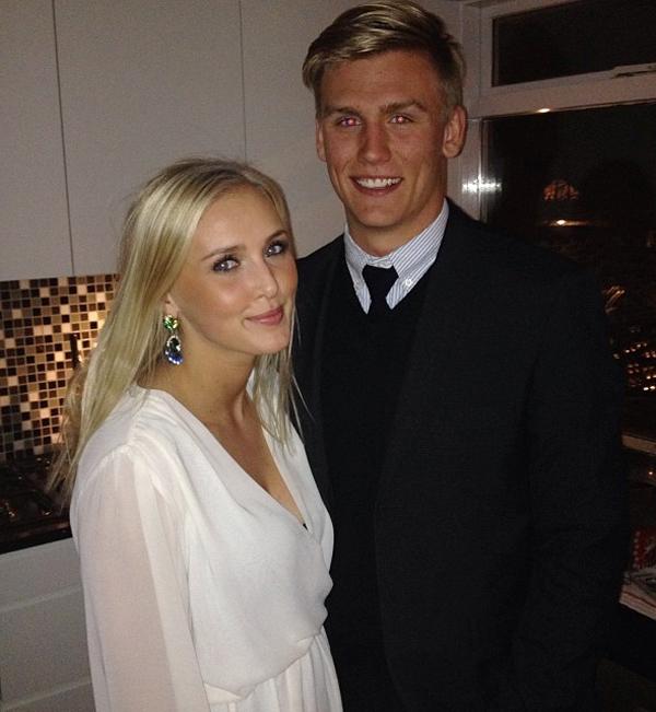 Thủ thành tân binh Arsenal vừa được chiêu mộ từ Dijon với giá 1,5 triệu bảng. Chàng trai 25 tuổi là người thay thế thủ thành Emiliano Martinez vừa chuyển tới Aston Villa. Ngoài tài năng, Alex Runarsson còn được ngưỡng mộ với mối tình thủy chung gần 10 năm với bạn gái lâu năm Asdis Bjork.
