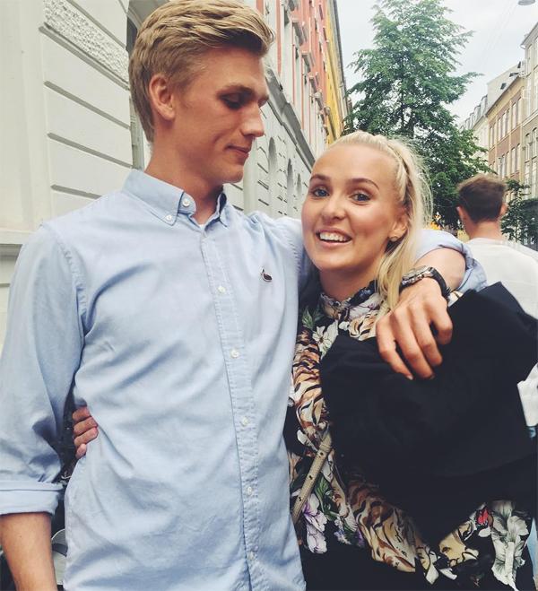 Thủ thành người Iceland và người đẹp đồng hương bên nhau khi chàng mới 17 tuổi. Trên trang cá nhân, tân binh Arsenal nhiều lần đăng ảnh chung đôi với Asdis Bjork trong những dịp đặc biệt của đôi trẻ. Hồi tháng 8, Alex Runarsson đăng tải 8 bức ảnh nhân kỷ niệm 8 năm bên nhau.