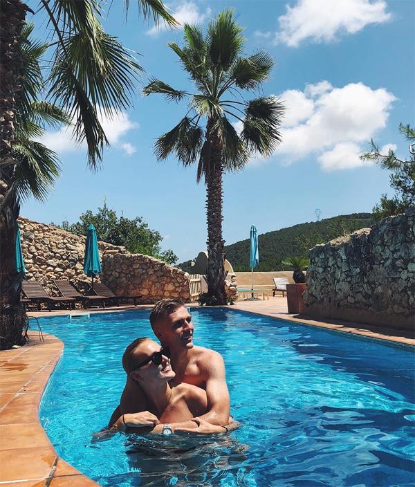 Trước khi có con, cặp đôi cùng nhau đi khắp thế gian, tận hưởng các kỳ nghỉ ở những miền đất nắng ấm.