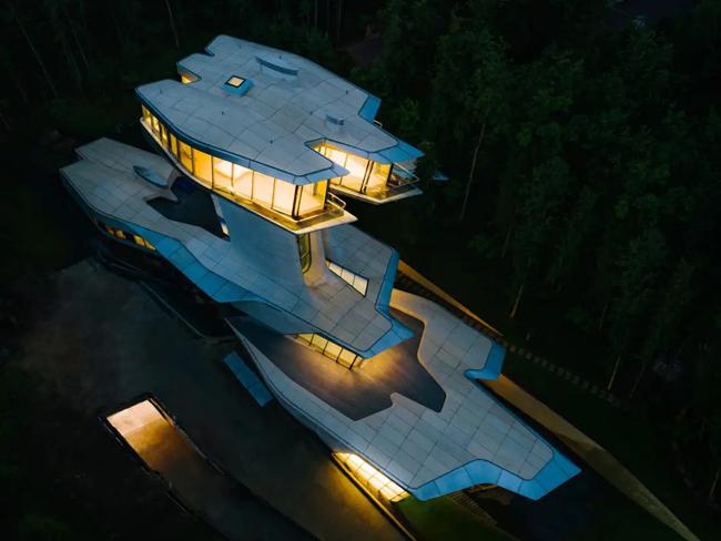 [Caption]Ngôi nhà rộng 36.000 foot vuông (3.344 mét vuông) của Doronin, mà ông gọi là Capital Hill Residence, nằm trong Rừng Barvikha và có phòng ngủ chính trên đỉnh một tòa tháp hẹp hơn 30 mét (100 foot) trong không khí. Phần dưới của ngôi nhà, một phần nằm dưới lòng đất, bao gồm một hồ bơi 20 mét (65 foot), một spa và một hộp đêm, Doronin nói với Financial Times vào năm 2018. Người phát ngôn của Doronin xác nhận rằng chi phí cư trú ở khắp nước Mỹ. 140 triệu đô la để xây dựng.