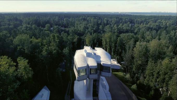 Tầng trên cùng là phòng ngủ chính của gia chủ được thiết kế cao hơn 30 mét, với các ô cửa bằng kính. Với chiều cao này,  tỷ phú Doronin có thể thức dậy vào buổi sáng và nhìn thấy những ngọn cây nhấp nhô bên ngoài như yêu cầu.