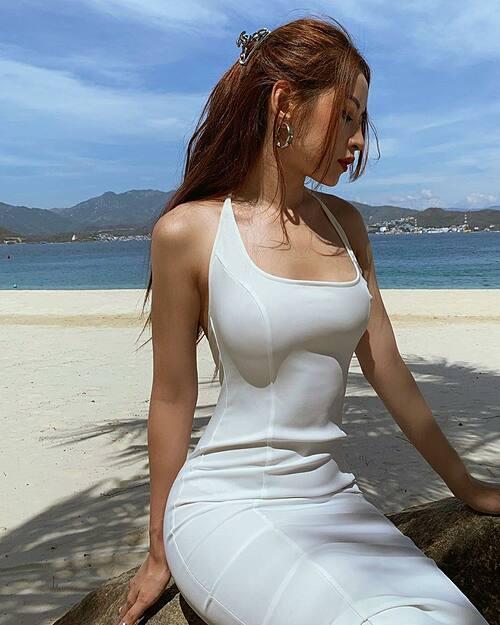 Chi Pu diện váy ôm sát tôn đường cong cơ thể trong chuyến du lịch ở Nha Trang.