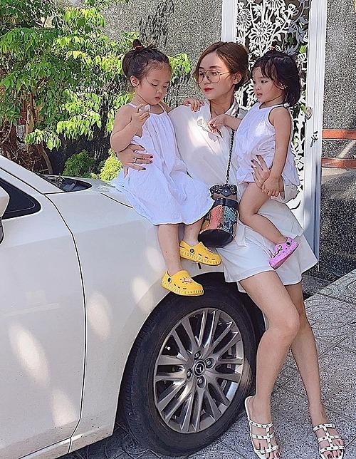 Bảo Ngọc - vợ cũ Hoài Lâm - bồng bế hai con đi du lịch tại Vũng Tàu.