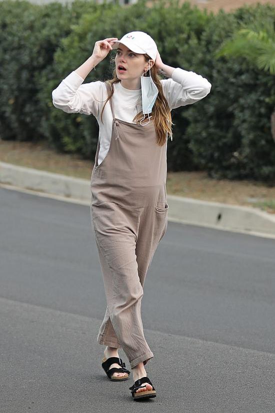 Emma mặc trang phục rộng rãi và thoải mái nhưng vẫn lộ bụng to. Hình ảnh mới của người đẹp Hollywood không khỏi khiến các fan tin rằng cô đang mang thai con đầu lòng.