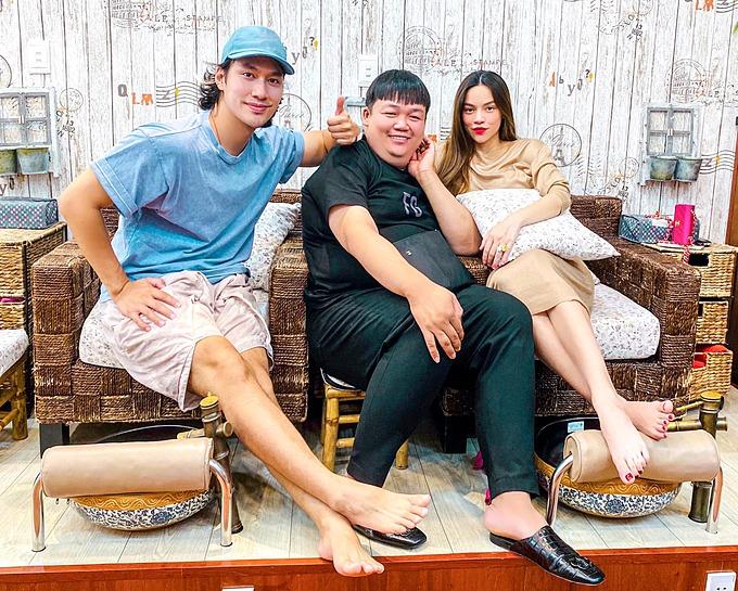 Pose ảnh cùng nhà thiết kế Lý Quí Khánh và một người bạn, Hà Hồ vẫn dùng gối che bụng bầu lớn khi mang thai song sinh với bạn trai Kim Lý.