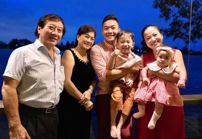 Bố mẹ chồng cùng vợ chồng Hồng Phượng - Quốc Cơ và hai cháu nội tận hưởng kỳ nghỉ thảnh thơi ở một resort bên sông Sài Gòn.