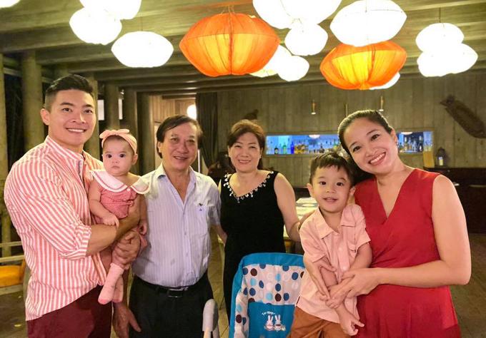 Bé Bắp hào hứng khi được đi chơi với bố mẹ, ông bà và em gái 7 tháng tuổi.
