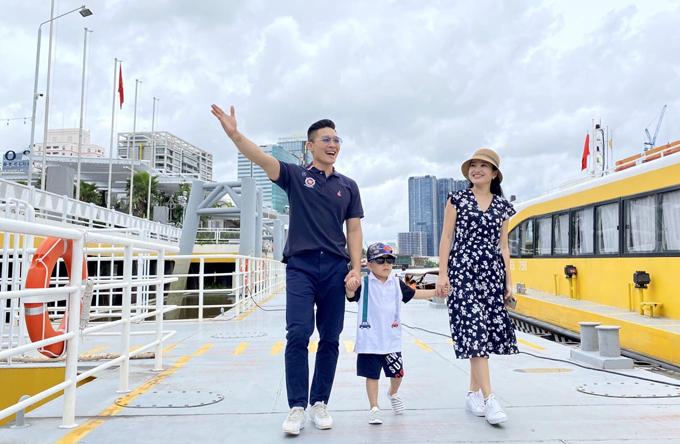 Đôi vợ chồng đưa con trai đi khám phá cảnh đẹp và những dịch vụ du lịch, nghỉ dưỡng thú vị tại TP HCM.