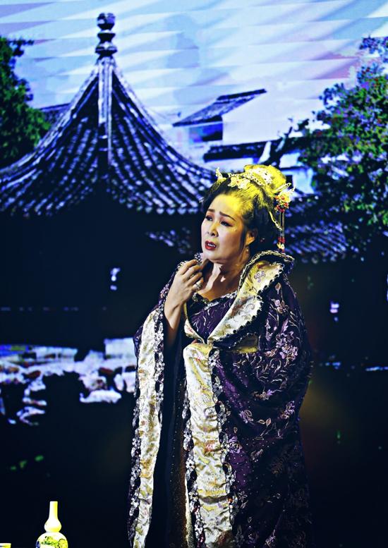 [Caption]  NSND Hồng Vân chia sê: khi hát lại ca khúc này trong dịp sinh nhật ông xã của mình thì nhận được quá nhiều người hâm mộ yêu cầu thực hiện một mv về ca khúc này, thế là Vân bắt tay vào việc lựa chọn thời điểm để quay mv vì lịch diễn ở sân khấu dày và lịch công việc của Vân cũng gần như không có thời gian trống. Nhưng khi thu âm ca khúc của Nguyễn Văn Chung thì chính tác giả cũng bất ngờ với giọng ca quá đỉnh của Vân. Câu hát mà Vân thích nhất nơi ta ghi câu hẹn ước xưa, ngàn năm sau vẫn chờ anh mãi đã làm cho Vân xúc động. Có thể nói đây là ca khúc mà Vân thích nhất.