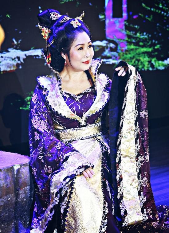 Năm ngoái trong sinh nhật ông xã Lê Tuấn Anh, Hồng Vân ngẫu hứng cất giọng hát bài Lời hẹn ngàn năm tặng chồng và bất ngờ khi được đông đảo bạn bè, khán giả cổ vũ, khen ngợi.