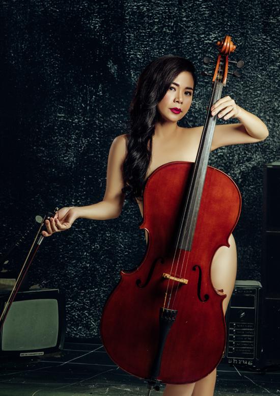 Nữ ca sĩ dùng đàn cello - nhạc cụ quen thuộc, sở trường của cô - để che các điểm nhạy cảm. Mỹ Lệ tiết lộ trong sản phẩm sắp phát hành cô sẽ có màn vừa chơi cello vừa hát rất ấn tượng.