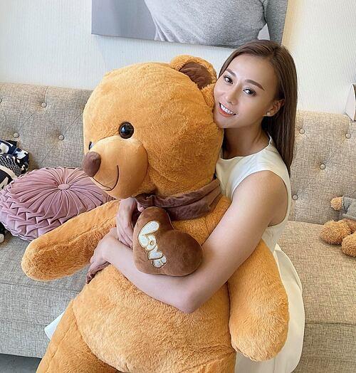 Diễn viên Phương Oanh hạnh phúc khi nhận được quà là một chú gấu bông khổng lồ từ một fan nữ.