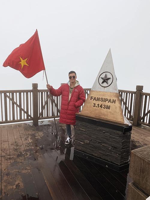 Ca sĩ Quang Vinh chinh phục nóc nhà Đông Dương Fansipan. Trong chuyến đi còn có diễn viên Hứa Vĩ Văn đồng hành.