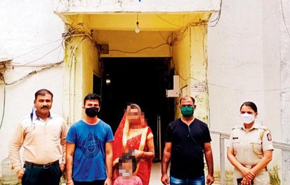 Manish (áo xanh) được cảnh sát đưa về nhà với gia đình hôm 15/9 sau khi bỏ trốn với người tình. Ảnh: Odidty Central.