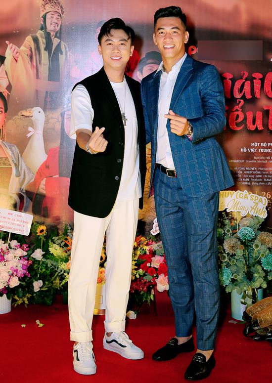 Tiến Linh diện vest lịch lãm dự họp báo ra mắt phần 6 series phim ca nhạc Giải cứu tiểu thư của ca sĩ Hồ Việt Trung. Tiền đạo 9X có mối quan hệ với nhiều sao showbiz.