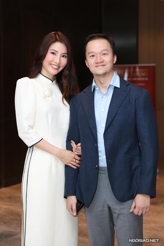 Mới đây, Vinh Nguyễn đến chúc mừng bạn gái - diễn viên Diễm My - lên chức viện phó của một học viện làm đẹp.