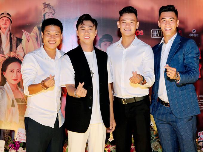 Cầu thủ Đông Triều (ngoài cùng bên trái) và Hồ Tấn Tài (thứ ba từ trái qua) đi cùng Tiến Linh. Hồ Việt Trung rất vui khi được dàn cầu thủ đến ủng hộ sản phẩm mới.