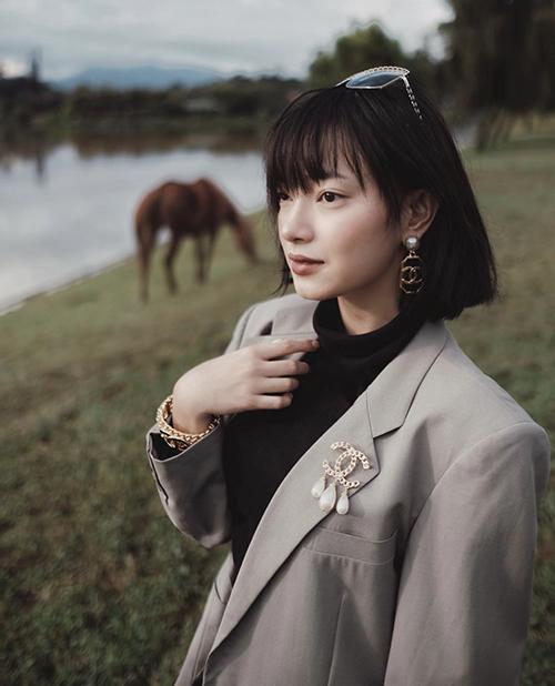 Có dịp ghé thăm Đà Lạt vào dịp đầu thu, fashionista Châu Bùi thoả sức mix đồ mùa lạnh với áo cao cổ và kiểu vest dáng rộng đúng xu hướng.