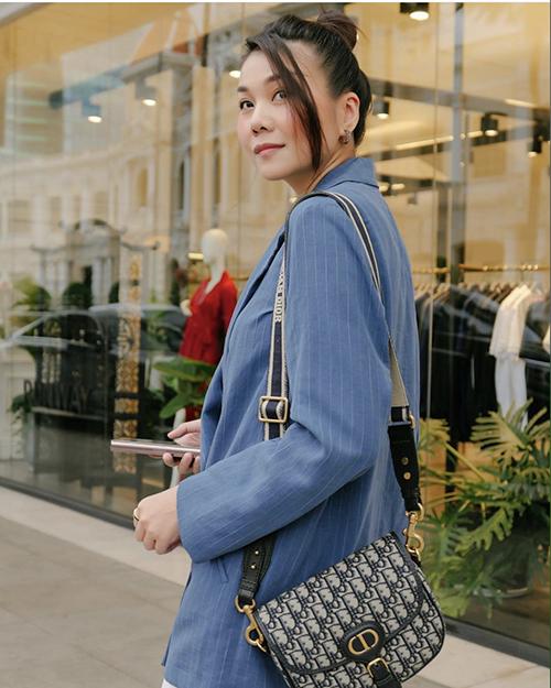Áo khoác kiểu dáng thanh lịch được Thanh Hằng sao Việt diện quanh năm. Tuy nhiên khi tiết trời vào thu, các mẫu blazer lại được yêu thích hơn bởi tạo điểm nhấn cho set đồ hợp mùa.