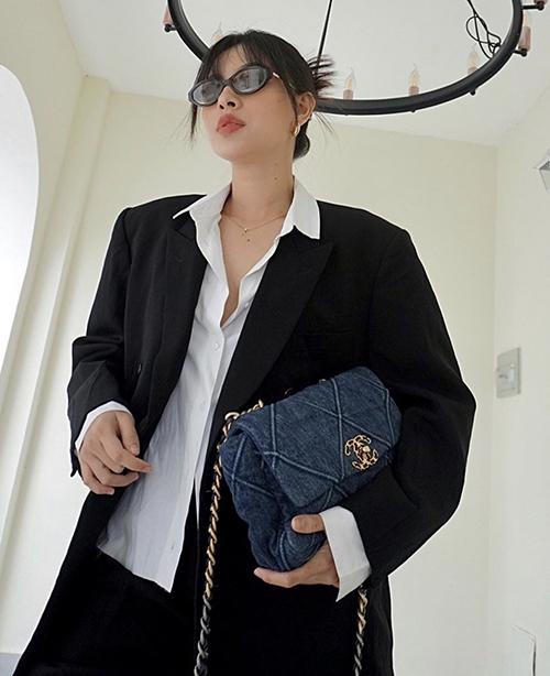 Sau nhiều mùa thời trang, các mẫu áo vest vai thô, áo blazer dáng rộng vẫn được Tú Hảo yêu thích và lựa chọn để mix đồ street style.