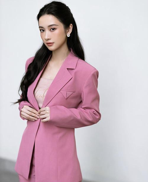 Ngoài các mẫu đầm tiểu thư trên tông trắng nhẹ nhàng, Jun Vũ cũng chọn thêm các mẫu suit, blazer hợp xu hướng để chưng diện.