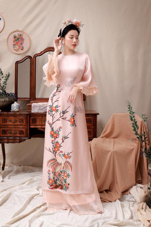 Thời trang áo dài cổ truyền được làm mới với các chi tiết cách điệu, giúp cô dâu, chú rể có sự lựa chọn đa dạng trong ngày vui của cuộc đời.