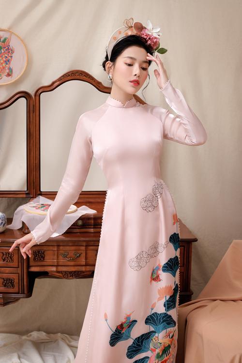 Áo dài nữ được làm điệu với hàng ngọc trai điểm nơi cổ, tay và vạt áo. Áo dài đẹp là tấm áo vừa vặn, giúp tôn dáng vóc của tân nương.
