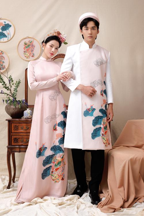 Bộ đôi áo dài trắng - hồng cho tân lang, tân nương có chung họa tiết đầm sen và cá chép.