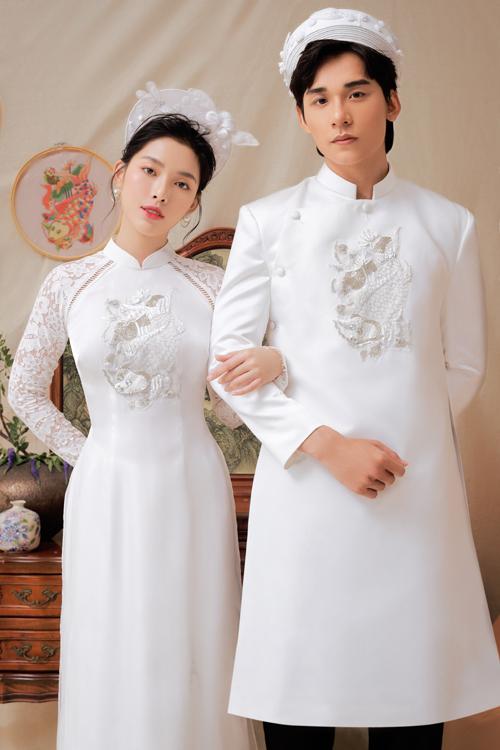 Bộ cánh có họa tiết cá chép thêu nổi trước ngực. Đây cũng là kiểu họa tiết truyền thống thường xuyên xuất hiện trong trang phục áo dài.