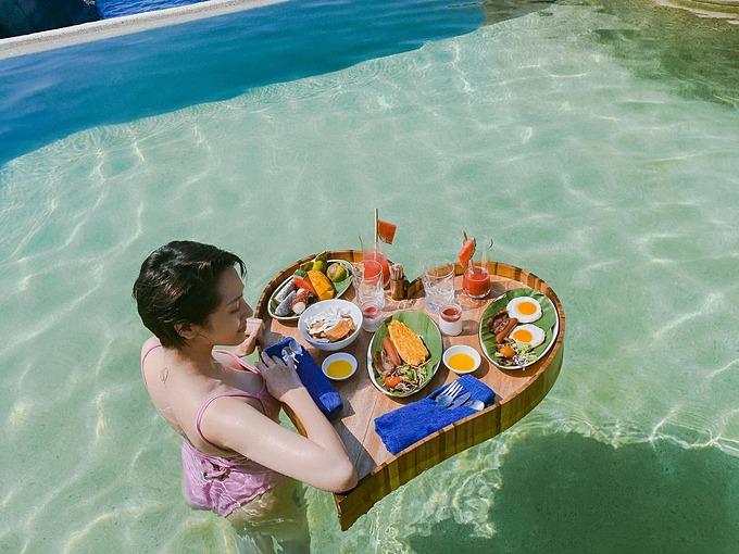 Ca sĩ Bảo Anh thưởng thức bữa sáng sang chảnh trong chuyến du lịch nghỉ dưỡng.