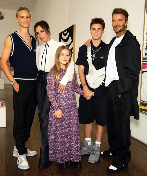 Vì sang Mỹ nên Brooklyn và Nicola không tới cổ vũ mẹ ra mắt bộ sưu tập mới trong khuôn khổ Tuần lễ thời trang London hôm 21/9.