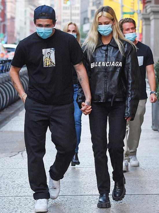 Cũng trong ngày 23/9, đôi trẻ đeo khẩu trang nắm tay nhau xuống phố ở New York. Brooklyn và Nicola Peltz cùng mặc đồ đen sánh bước bên nhau.