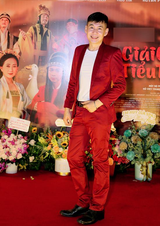 Ca sĩ Đoan Trường nổi bật với vest đỏ đến chung vui cùng đàn em.