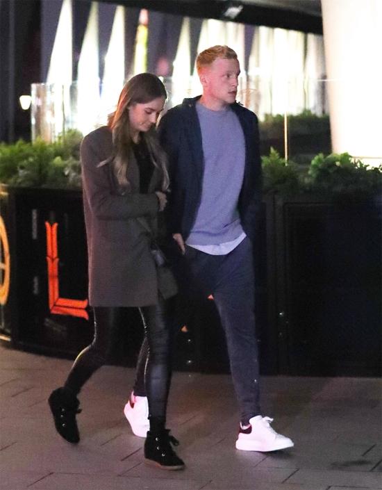 Tân binh 23 tuổi và ái nữ của huyền thoại Dennis Bergkamp khoác tay nhau đi bộ ra bãi đỗ xe sau khi ăn tối.