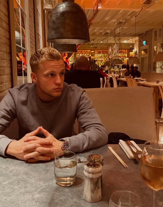 Người đẹp Estelle còn đăng ảnh chụp bạn trai đang chờ món ăn được dọn ra.