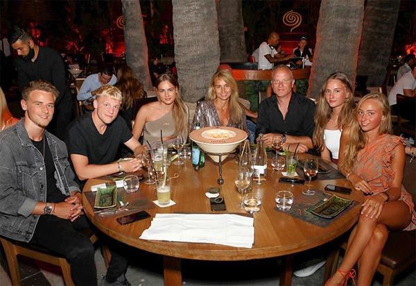 Donny van de Beek và con gái Dennis Bergkamp hẹn hò được hơn một năm. Hồi tháng 7, tiền vệ MU xuất hiện trong bức ảnh chụp đại gia đình của huyền thoại Hà Lan với tư cách là bạn trai của Estelle. Tài năng của sao 23 tuổi do chính bố bạn gái phát hiện từ ngày nhỏ và van de Beek cũng khoác áo Ajax giống bố vợ tương lai.