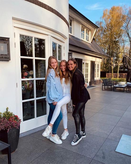 Estelle là con gái đầu lòng của huyền thoại Dennis Bergkamp và bà xã Henrita. Người mẫu 24 tuổi còn có hai cô em gái Yasmin và Saffon (trong ảnh) và một em trai.