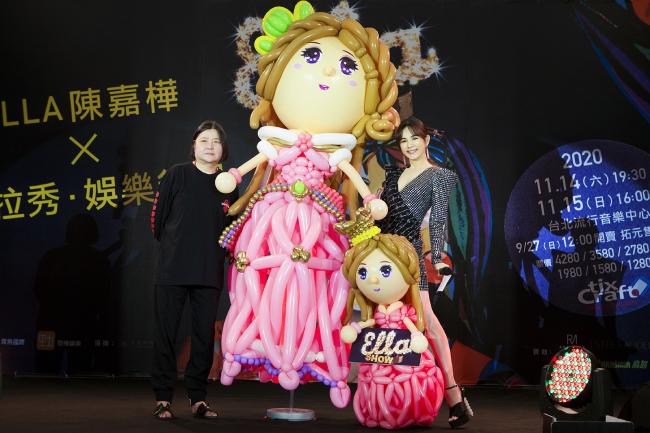 Ella tự mình dẫn chương trình sự kiện giới thiệu show diễn vào tháng 11 tới tại Đài Bắc. Ngôi sao đa năng gây ấn tượng với vóc dáng gọn gàng, thon thả bất chấp tứ tuần. Từng là một cô gái tomboy ngổ ngáo nhưng sau khi kết hôn, làm mẹ, Ella đã trở nên đằm thắm và nữ tính hơn rất nhiều.