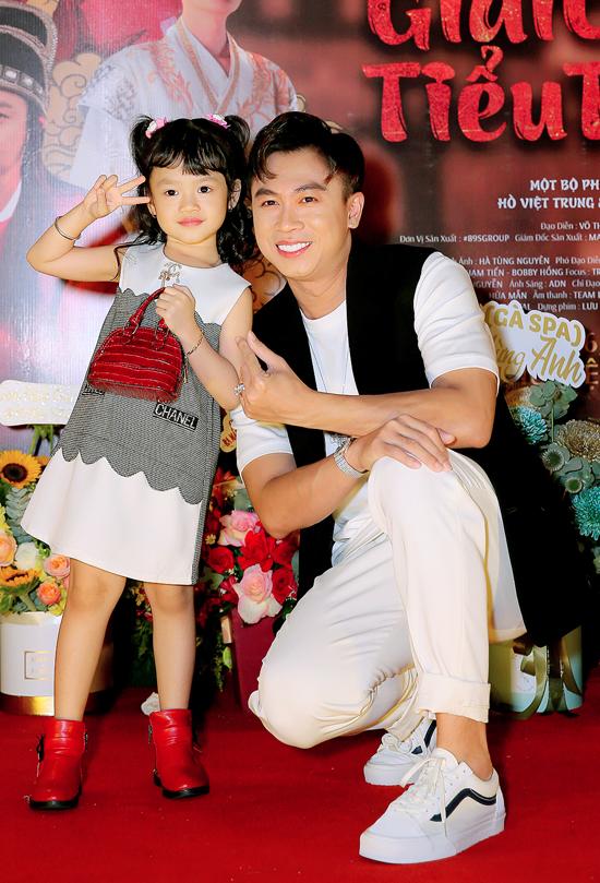 Sau đổ vỡ tình cảm, Hồ Việt Trung hiện là gà trống nuôi con. Bé Xí Muội có mặt bên bố trong ngày ra phim ca nhạc mới. Giải cứu tiểu thư 6 có nhiều tình tiết éo le xen lẫn yếu tố hài hước, chọc cười khán giả. Phim gồm 3 tập lên sóng trên kênh YouTube của Hồ Việt Trung từ 26/9.