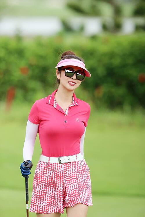 Mẹ 4 con Jennifer Phạm khỏe khoắn, rạng rỡ trong trang phục tone hồng khi đi chơi golf.