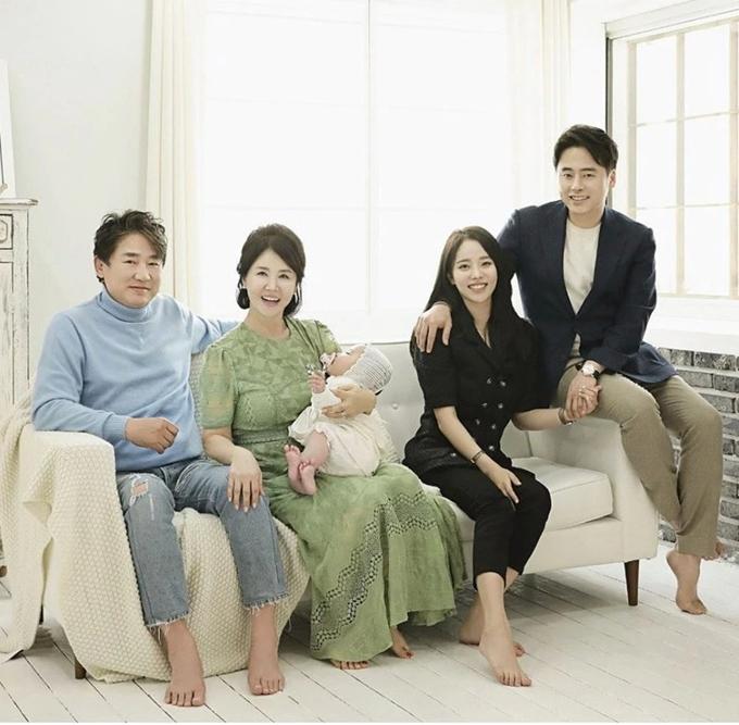 Hai diễn viên Lee Young Ha, Sunwoo Eun Sook cùng con trai, con dâu trong ngày cháu nội tròn 100 ngày tuổi.