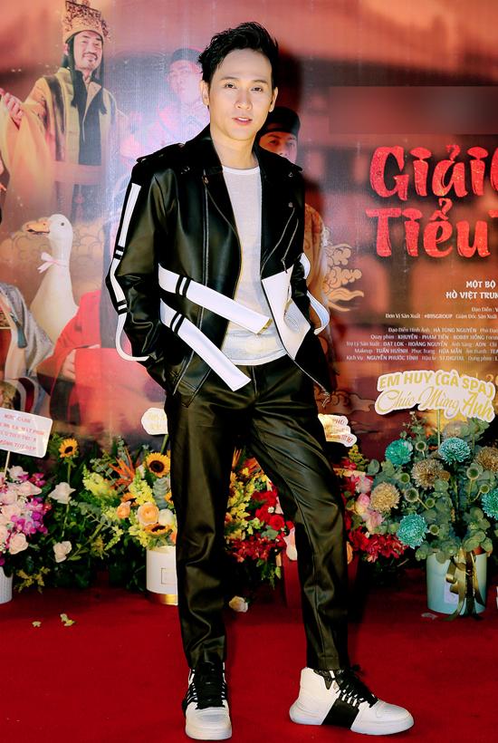 Ca sĩ Nguyên Vũ diện trang phục trẻ trung, cá tính đi sự kiện.
