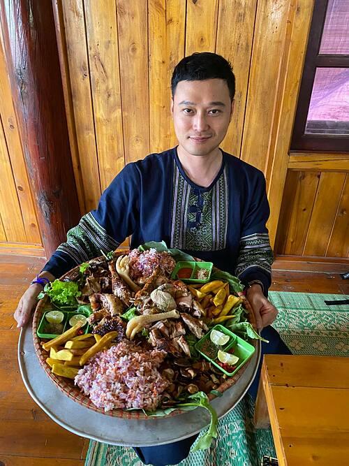 Ca sĩ Quang Vinh khiến khán giả thèm thuồng khi khoe được thưởng thức món gà leo núi - đặc sản của Sapa.