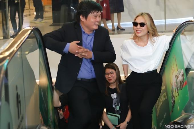 Đạo diễn Trần Thanh Huy - tác giả của phim Ròm trực tiếp xuống bãi đậu xe đón ca sĩ Mỹ Tâm.