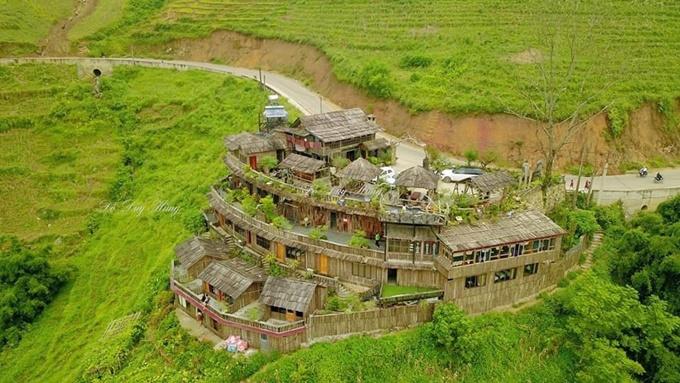Mới đây, homestay ở xã Lao Chải, bản Tả Van, SaPa gây chú ý với dân phượt nhờ vị trí khá lý tưởng. Nó nằm trài theo sườn núi, bên cạnh con đèo nhỏ, thuận tiện cho cung đường phượt từ SaPa đi thung lũng Mường Hoa ngắm lúa, đặc biệt vào mùa thu.