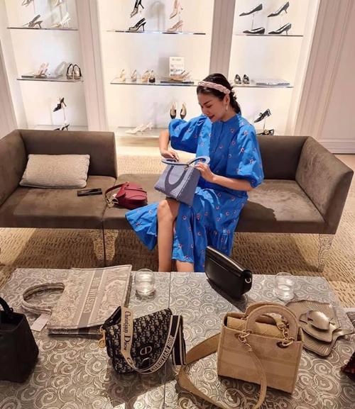 Cũng như nhiều tín đồ thời trang nổi tiếng của showbiz Việt, những mẫu túi hiệu là món đồ luôn khiến Thanh Hằng xao xuyến và phải tiêu tốn khá nhiều để sở hữu chúng.