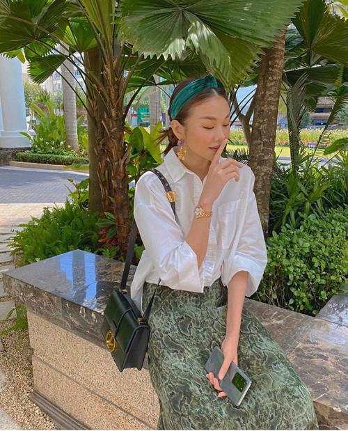 Các mẫu túi vừa sắm đều được siêu mẫu nổi tiếng của làng thời trang Việt mix-match ăn ý theo từng set đồ sao phố.