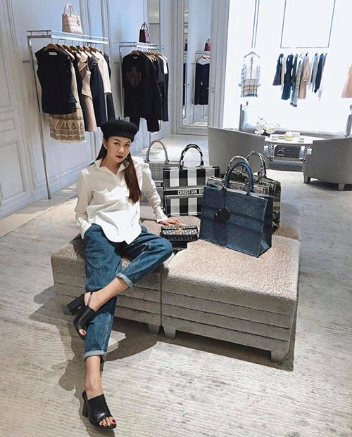 Chọn vài món đồ hợp mốt là phong cách quen thuộc của Thanh Hằng khi ghé ngang trung tâm thương mại.